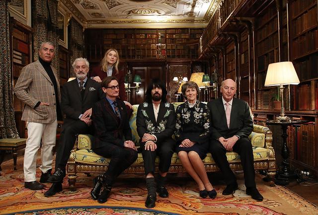 画像: (写真左より)アントニオ・モンフリーダ、パトリック・キンモンス、ハミッシュ・ボウルズ、ローラ・バーリントン、アンレッサンドロ・ミケーレ、デヴォンシャー公爵夫妻 COURTESY OF GUCCI