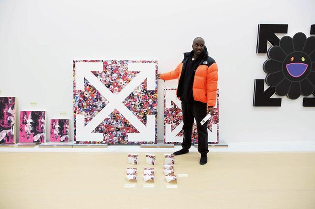 画像: ロンドンのガゴシアン・ギャラリーでの村上隆とのコラボレーション展『future history』で展示する作品制作のため来日したヴァージル。OFF-WHITEの矢印のロゴと村上の「Flower」キャラクターを重ねるなど、両者のアイコニックなモチーフが組み合わされた PHOTOGRAPH BY KOICHIRO MATSUI
