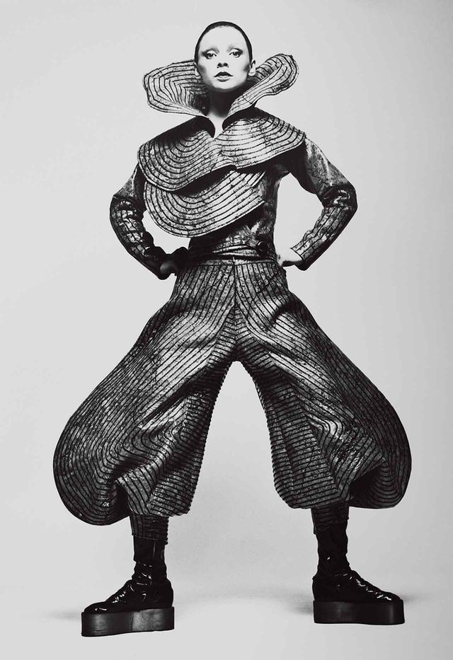 画像: 『ハーパース・アンド・クイーン』誌のカバーに使用されたルックを着た、モデルのブリット。撮影した与田弘志氏によると、この表紙を見て、デヴィッド・ボウイは寛斎にコスチューム制作を依頼しようと思いついたのだという © HIROSHI YODA