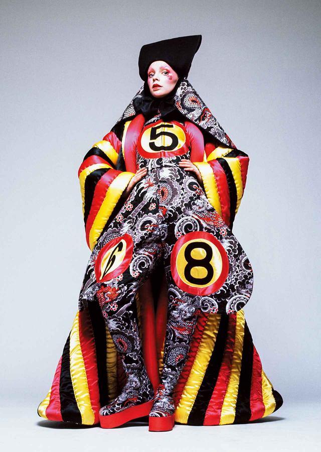 画像: 『ハーパース・アンド・クイーン』誌の特集ページのタイトルは「ファンタスティックでアートな服をつくる、ファッション界の新たな才能」 © HIROSHI YODA