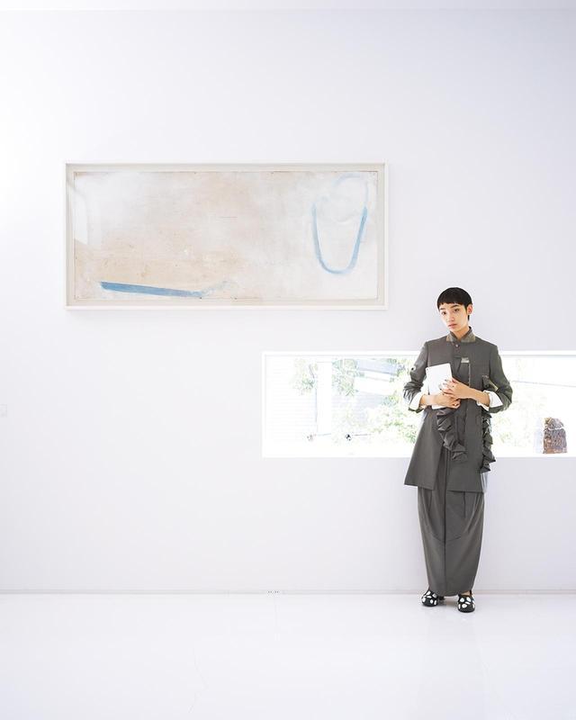 """画像: (写真内の作品・左から) Masato KOBAYASHI,""""画題"""", 1989-1990 Yukio FUJIMOTO,""""SPIRAL(BLUE & CLEAR)"""", 2009 Yukio FUJIMOTO, """"Revolution & Gravity (Plants)"""", 2016 Leiko IKEMURA, """"Haus-Frau"""", 1990 ©the artist, courtesy of ShugoArts (モデル着用)ジャケット¥250,000、ドレス¥150,000、シャツ¥15,000、靴¥35,000 コム デ ギャルソン TEL. 03(3486)7611"""