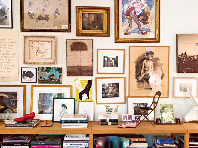 画像: ホームオフィスの壁を彩る、 孫と姪たちが描いた絵や写真家サラ・ムーンの作品