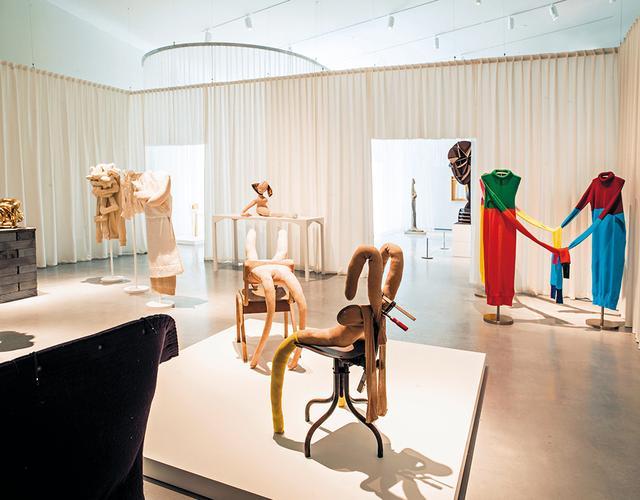 画像: 『反抗する身体』展に並んだ、サラ・ルーカスとハンス・ベルメールの作品、そしてJ.W.アンダーソンの服。この展示室のテーマは「SoftBodies.DesiringMonsters.(ソフト・ボディズ。欲望のモンスター)」