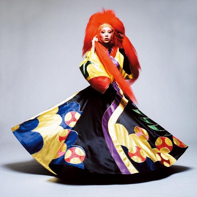 画像: 1971年のルック。マリーのつけた赤いヘアピースは、日本の歌舞伎や、連獅子の舞で獅子に扮する役者の衣装を参考にしている。獅子は、ライオンに似た架空の生き物だ © HIROSHI YODA