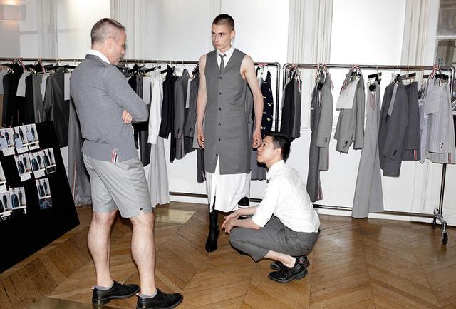画像: フィッティングに次ぐフィッティング、キャスティングに次ぐキャスティング 金曜日 午後6時** ブラウンのデザインの多くは細かい手作業によって仕立てられているので、寸法直しには時間がかかる。「寸法直しに時間を割くより、洋服の形に合ったモデルを間違いなく選びたいんだ」と彼は言う。「ただ今回は、ヒールでうまく歩く方法を学んでもらう必要はあったけど」。ショーに登場するヒールの高さは3〜4インチ(7.5~1㎝)だ