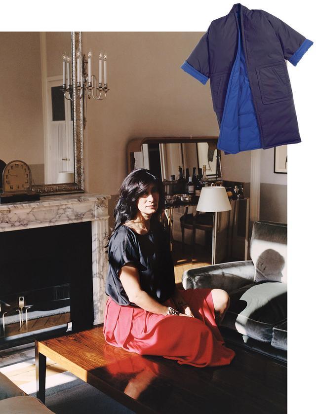 画像: アートキュレーターのアバセー・ミルヴァリは「ソフィー ドール」の顧客。パリにある友人の家で。 (写真右上)「ソフィー ドール」のキモノ風ダウンコート PHOTOGRAPH(ITEM): COURTESY OF TIINA THE STORE