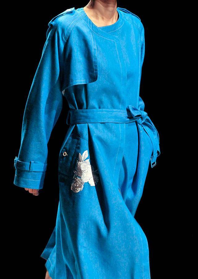 画像: 眼がさめるような鮮やかなブルーに繊細で緻密な刺繍を添えて。 コート¥120,000 2018春夏コレクションより PHOTOGRAPHS: COURTESY OF SUPPORT SURFACE