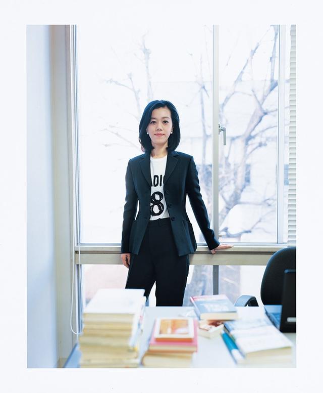 画像: ディオール初の女性アーティスティック ディレクター、マリア・グラツィア・キウリによるバージャケット。 「黒はよほどいいものを着ないと地味になってしまうのですが、さすがディオール、ラインも美しい」と中室さん。 ジャケット ¥430,000、Tシャツ ¥97,000、パンツ ¥170,000、イヤリング ¥48,000 クリスチャン ディオール (ディオール) フリーダイヤル: 0120-02-1947 HAIR BY KOTARO AT SENSE OF HUMOUR, MAKEUP BY FUSAKO AT OTA OFFICE