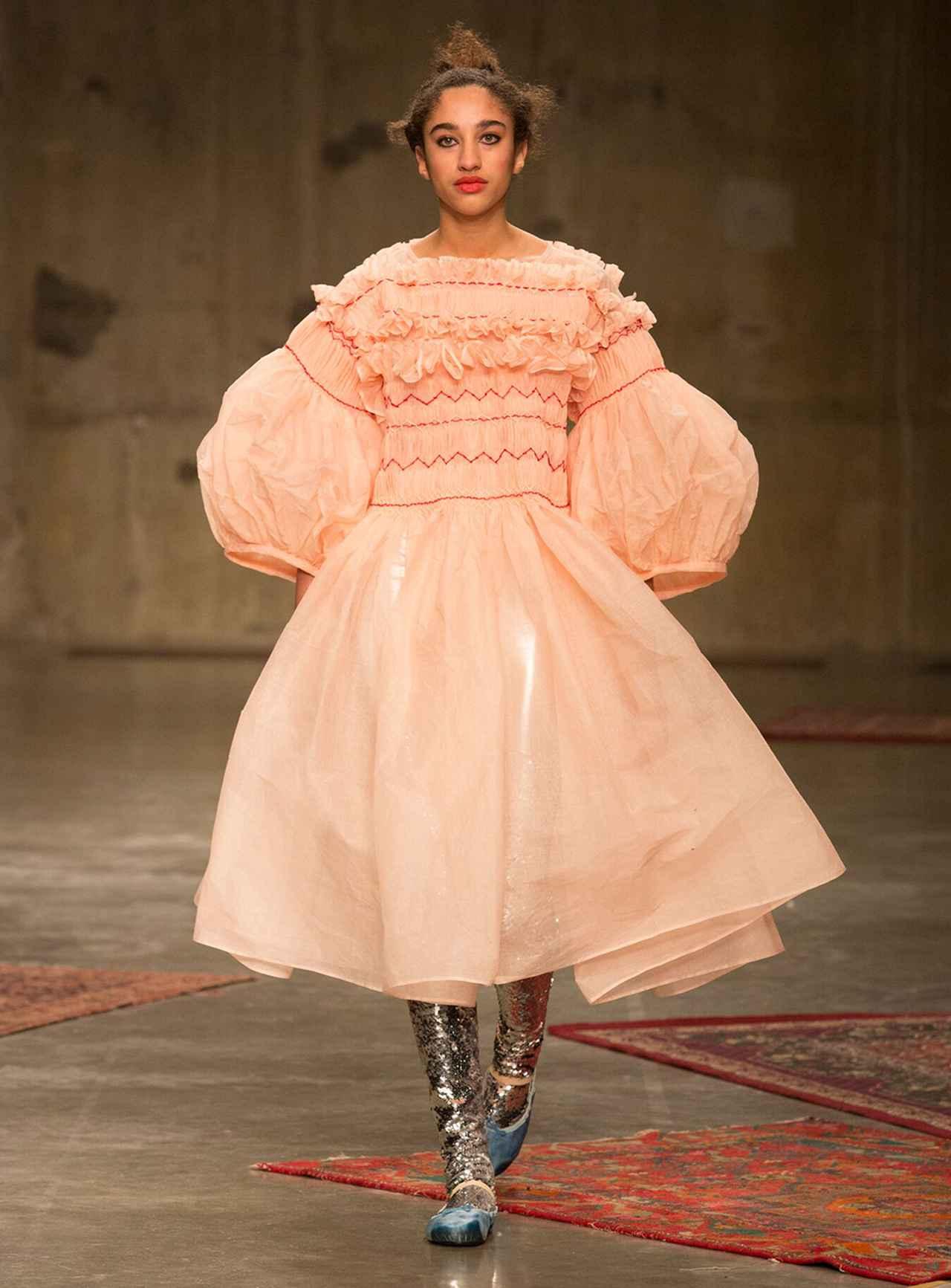 Images : 1番目の画像 - 「ドレス自由自在<Vol.2> 新しい才能が花盛り。 ニュー・ドレス時代到来」のアルバム - T JAPAN:The New York Times Style Magazine 公式サイト