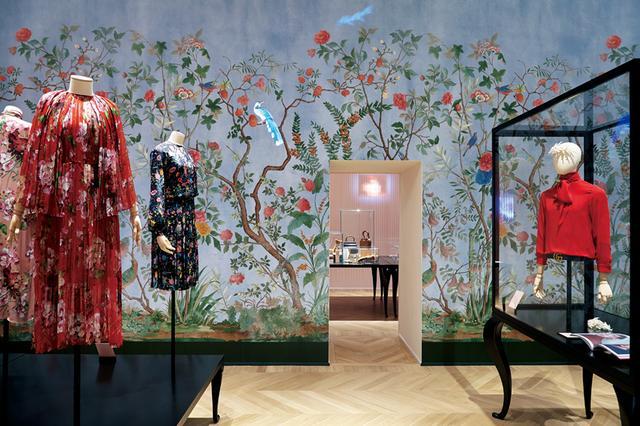 画像: 植物と動物の楽園 『グッチ・ガーデン』の展示室のひとつである「DE RERUM NATURA」の部屋。アレッサンドロが愛する植物と動物の楽園ともいえる空間には、フラワーモチーフの作品に加え、2015-'16年秋冬で発表したメンズのブラウスも展示(右)