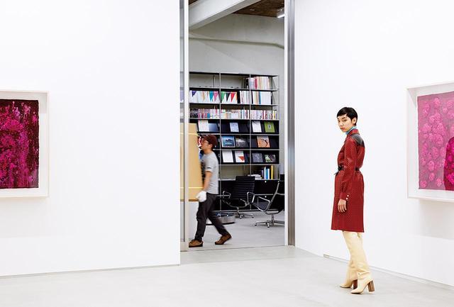 """画像: (写真内の作品左から)Bosco Sodi,""""Untitled(Urushi Series)"""", 2015 Bosco Sodi,""""Untitled(Urushi Series)"""", 2015 ©the artist, courtesy of SCAI THE BATHHOUSE (モデル着用)コート¥890,000、パンツ¥137,000(ともに予定価格)、靴¥267,000、トップス(参考商品) ルイ・ヴィトン クライアントサービス(ルイ・ヴィトン) フリーダイヤル:0120-00-1854"""
