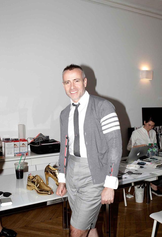画像: スタジオ訪問 金曜日 午後5時5分 ニューヨークを拠点とするデザイナー、トム・ブラウン(51歳)。2018年春夏メンズ・コレクションのショーの48時間前、パリのオッシュ大通りにある仮設のスタジオにて。今年の10月には、初めてのウィメンズ・コレクションのショーも同じくパリで開催する。「僕はアンチ・ニューヨーク派と言うわけじゃない」と今回のショーの移転の理由を説明する。「ただ、パリがなぜかしっくりくるんだ」
