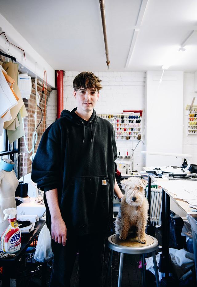 画像: ファッション・デザイナーのマシュー・アダムス・ドーランは現在30歳。飼い犬のレイクランド・テリア、メイジーと