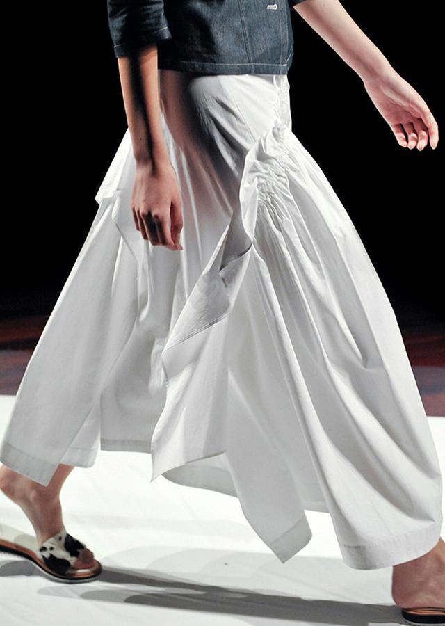 画像: 布の重なりが生み出すドラマティックな表情と絶妙なバランス感は、このブランドならではのもの。 スカート¥46,000 2018年春夏コレクションより