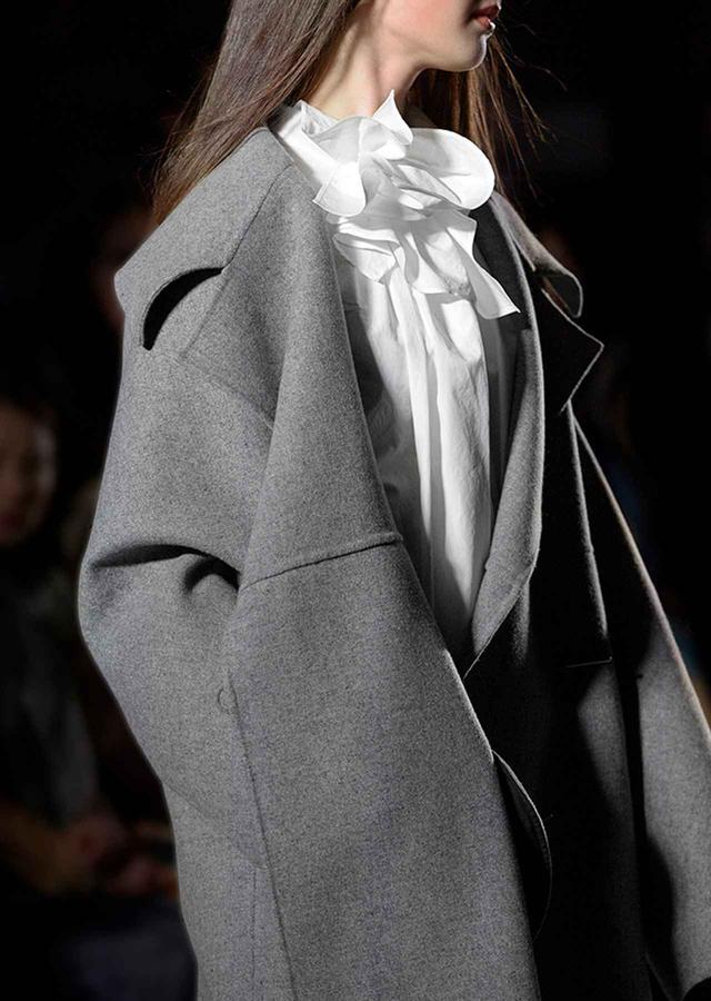 画像: さりげないモード感と快適な着心地。このブランドのコートにはリピーターが多い。 2017-18秋冬コレクションより