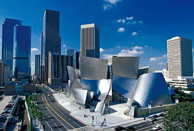 画像: ゲーリーらしいシルバーの外壁がうねる<ウォルト・ディズニー・コンサートホール>外観 © FRANK O. GEHRY. GETTY RESERCH INSTITUTE, LOS ANGELES(2017.M.66), FRANK GEHRY PAPERS