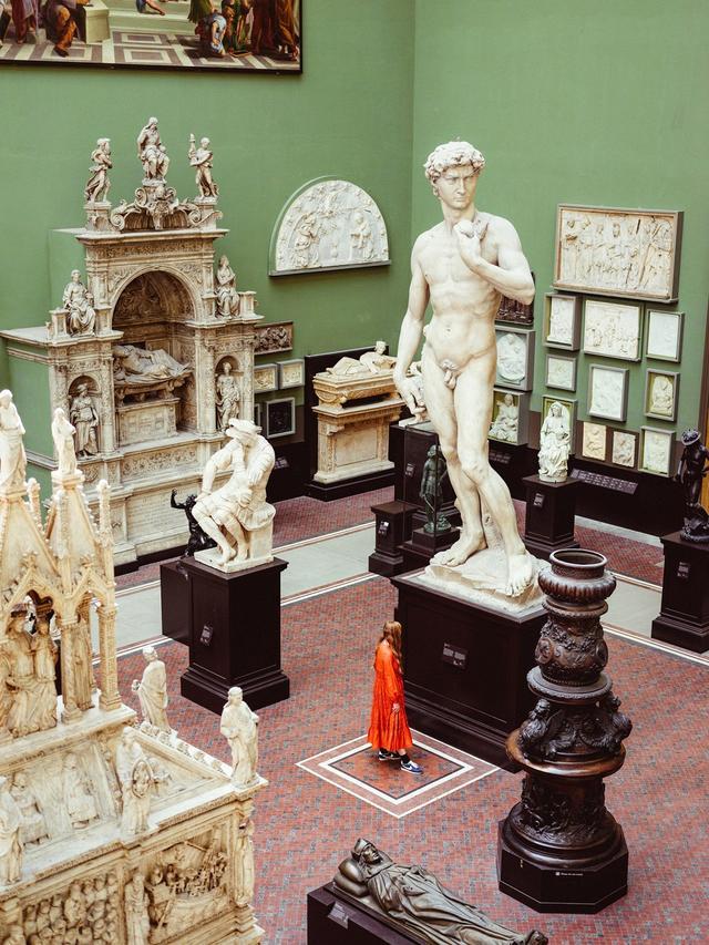 画像: ミケランジェロの「ダビデ」像の前に立つモリー。ここウェストン・キャスト・コートにある3つのダビデ像のひとつで、残りの2つはドナテッロ作とヴェロッキオ作のもの