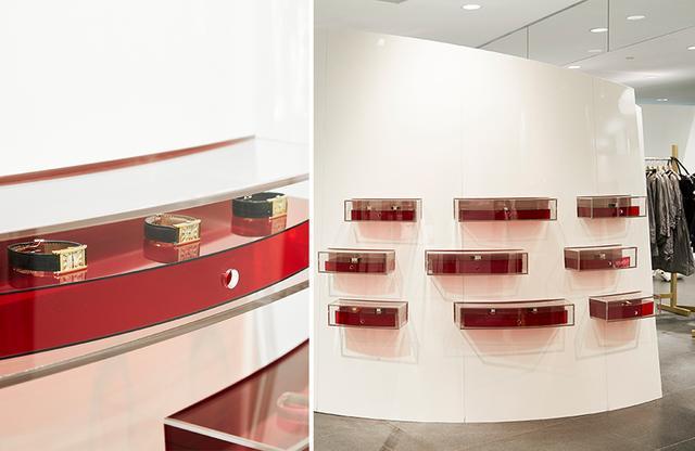"""画像: このギャラリースペースは2012年のリニューアル時に、川久保玲が後世に残していきたい""""本物""""を伝えるための空間として作られた。今回の展示のための真紅の什器も、川久保が自らデザイン"""