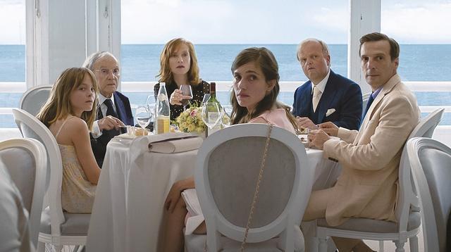 画像: フランス北部カレーの瀟洒な邸宅に暮らすロラン家は人もうらやむブルジョワ一家だが……。 『愛、アムール』でも父と娘を演じたジャン=ルイ・トランティニャンとイザベル・ユペールが再共演