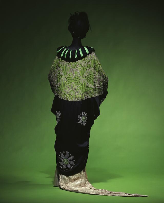 画像: 日本風コート エイミー・リンカー 1913頃 京都服飾文化研究財団 20世紀になると、パリ・モードにもきものに触発された作品が続々と登場した。写真は、打掛のようなコクーン(繭型)コート。見返り美人のように抜衣紋風に着こなすのが、最先端の装いだった COUTESY OF THE KYOTO COSTUME INSTITUTE