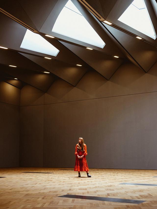 画像: 彼女のファッションショーは、セインズベリー・ギャラリーで開催される最初のショーとなる。この新しい展示スペースは、1100メートル四方の洗練された格納庫とでもいうべき地下空間で、今後は企画展に使われる予定だ。モリーと、セットデザイナーである彼女の母は、ここも今までのショー会場と同様に独創的で強い世界観を伝える舞台に変えるつもりだ