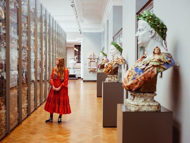 画像: セラミック・スタディ・ギャラリーには、18世紀以降のイギリスやヨーロッパ産の陶磁器が陳列されている。 どれが一番好きかは選べない、とモリー。「だって全部好きなんだもの」とつぶやいた