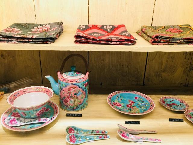 画像: キッチュな色彩が愛らしプラナカンの食器。世界各地の雑貨を見ていると、まるで旅しているような気分に