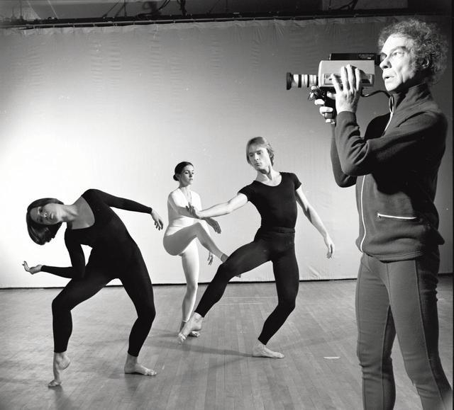 画像: 1975年、『TV Rerun』を披露するカニンガムとダンサーたち GETTY IMAGES