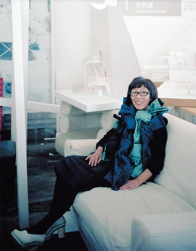 画像: せじま かずよ●1956年生まれ。'87年、妹島和世建築設計事務所を設立。'95年、西沢立衛とともにSANAA設立。2010年 プリツカー賞受賞。代表作に「金沢21世紀美術館」、「ルーヴル・ランス」(フランス)、「ニュー・ミュージアム・オブ・ コンテンポラリー・アート」(アメリカ)など ドレス¥230,000/コム デ ギャルソン Tel. 03(3486)7611 その他/本人私物