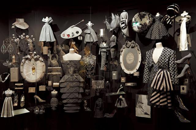 """画像: 「コロラマ」より""""黒""""のコレクション。香水のボトルやパッケージ、ジュエリーやシューズや、ミニチュアのドレスなど。ディオールが描き出す、優美で典雅な黒の美を堪能 PHOTOGRAPH BY ADRIEN DIRAND"""