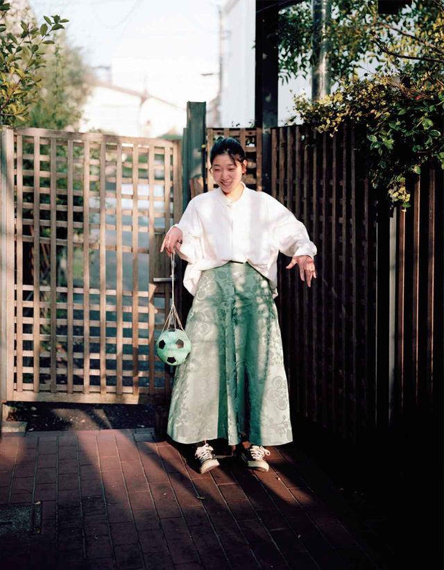 画像: あんどう さくら●1986年生まれ。父は奥田瑛二、母は安藤和津、姉は映画監督の安藤桃子という才能豊かな一家に育つ。2013年、『かぞくのくに』でブルーリボン賞、'16年、『百円の恋』で第39回日本アカデミー賞最優秀主演女優賞を受賞した。夫は俳優の柄本佑 スカート¥51,000/コム デ ギャルソン その他/本人私物