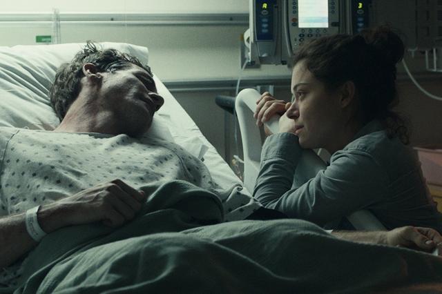 画像: テロで両脚を失ったジェフは、恋人に献身的につきそわれる。だがショックと後遺症に苦しみ、彼をヒーロー扱いする周囲の変化に戸惑う