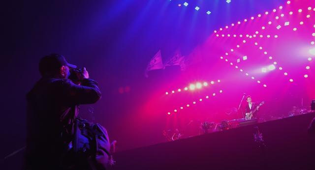 画像: 布袋寅泰のライブを撮影する鋤田