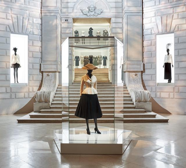 画像: エントランスには時代を変えた一着、「バー」スーツ。1947年「ニュールック」と称されたコレクションから、今のモードが始まった
