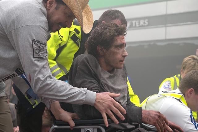 画像: ボストン・マラソンに参加した恋人をゴールで迎えるため見学に行ったジェフ・ボーマンはテロに遭い、パニックのなか救出される