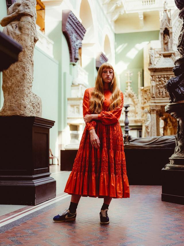 画像: V&Aの新しい展示スペースで開催されるファッションショーを数日後に控えたモリー・ゴダードとともに、この博物館の彼女のお気に入りスポットを巡った。ウェストン・キャスト・コート(写真)の巨大彫刻は、今回のショーで会場セットのインスピレーション源のひとつだ