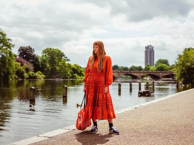 画像: ハイド・パークにたたずむファッションデザイナーのモリー・ゴダード。2017年7月7日、ロンドンのヴィクトリア&アルバート博物館にて自身のブランドのショーを開催した