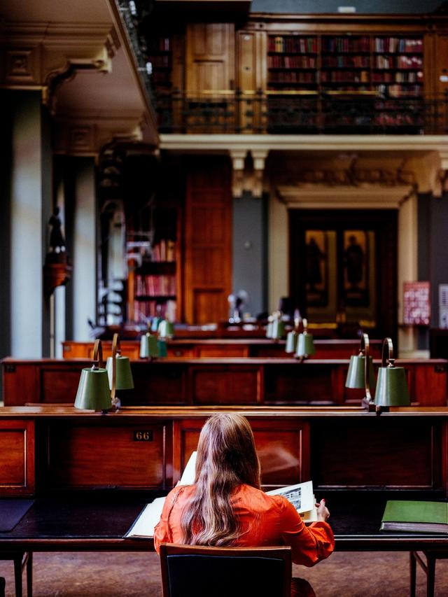 画像: ピカソに関する本をパラパラとめくるモリー。彼女がインスピレーションを受けるのは、ファッションにまつわる本よりもアートブックや歴史書の方が多いという