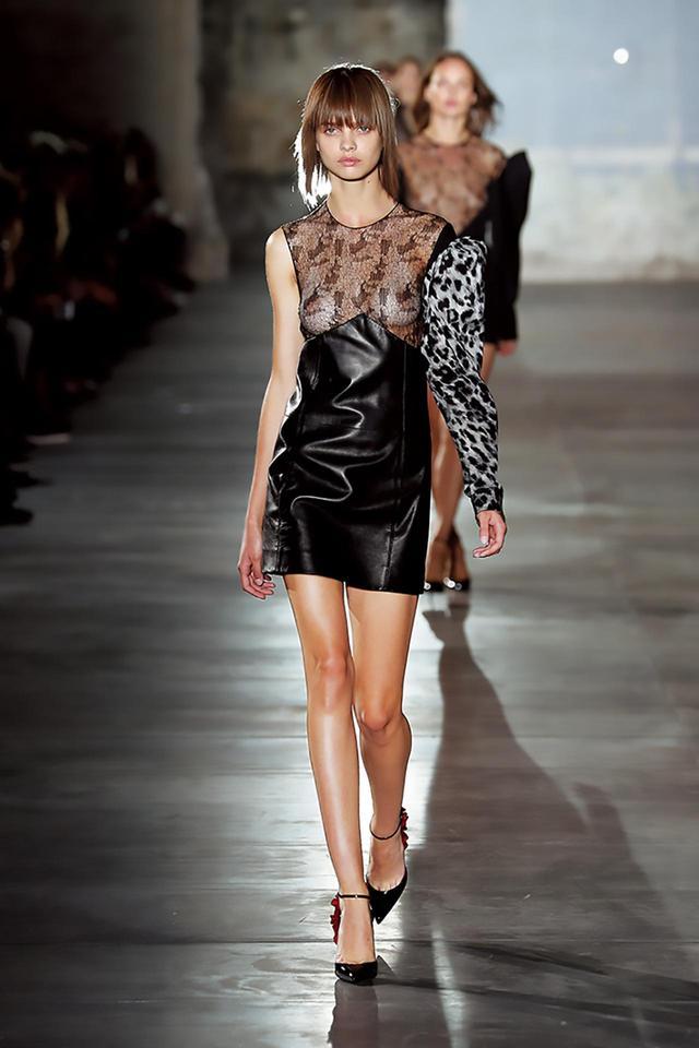 画像: サンローランのデビュー・コレクションで、ヴァカレロは過去のデザイン要素をコラージュ風に組み合わせたドレスを発表した ©SAINT LAURENT