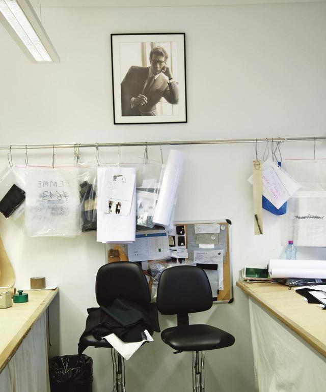 画像: メゾンの壁に掲げられたイヴ・サンローランの写真