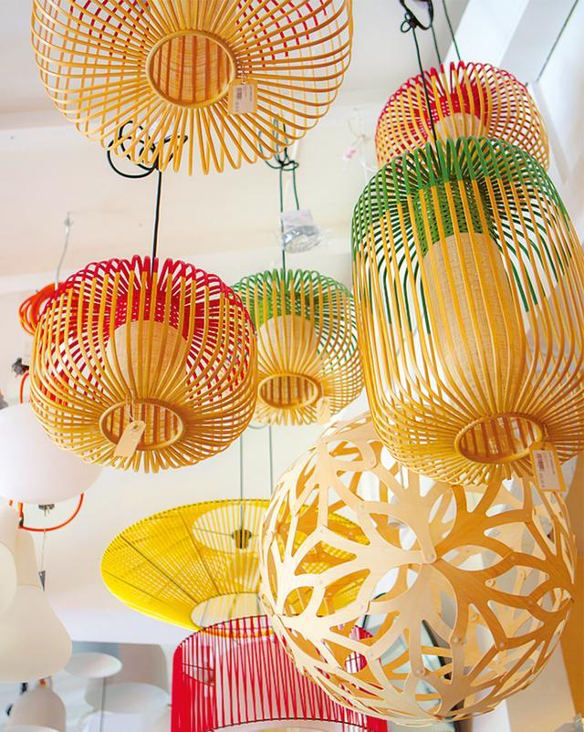 画像: 「ジルベルト・ウィズ・ラブ」で売っている色彩豊かな竹とプラスチック製のランタン
