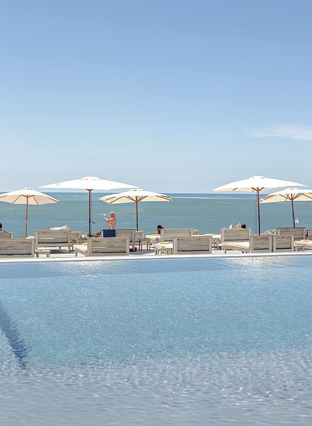 画像: ビーチに面した「ラ・コルニッシュ」のプール