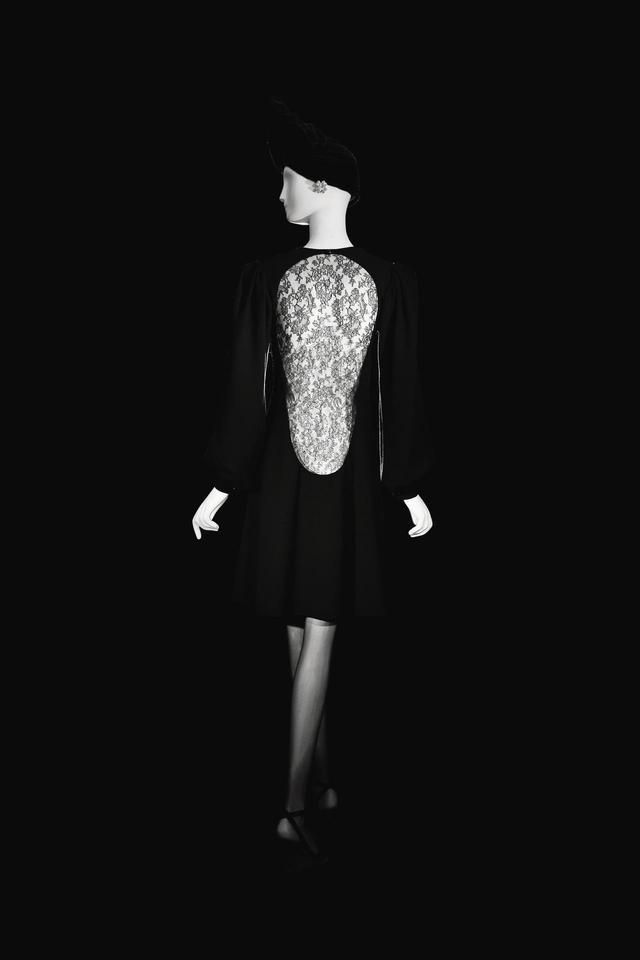 画像: 1970年秋冬のシルクのシャンティレースを用いたドレス © FONDATION PIERRE BERGÉ – YVES SAINT LAURENT, PARIS / ALEXANDRE GUIRKINGER