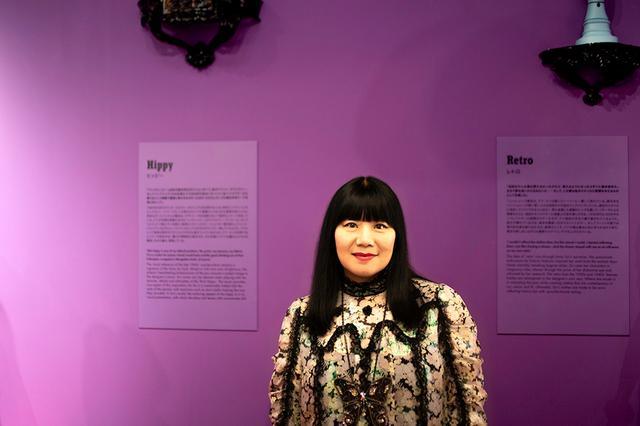 画像: デザイナーのアナ・スイ。本展の構想から実現までに、2年半もの時間をかけたという