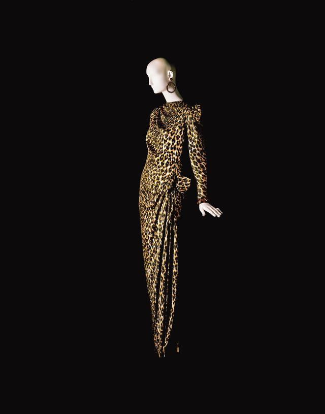 画像: 1982年のレオパード柄ドレス ©FONDATION PIERRE BERGÉ – YVES SAINT LAURENT, PARIS / ALEXANDRE GUIRKINGER