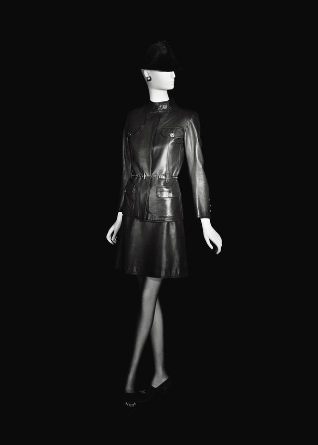 画像: 1967年のレザースカート ©FONDATION PIERRE BERGÉ – YVES SAINT LAURENT, PARIS / ALEXANDRE GUIRKINGER
