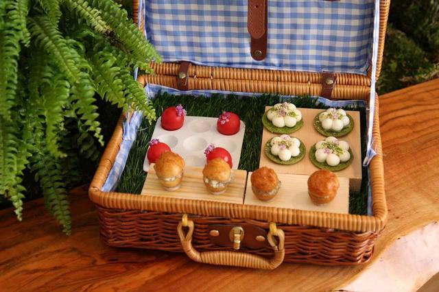 画像: ランチ(¥5,000、¥7,000)、ディナー(¥9,500、¥13,000)の4コース すべてに共通して提供される「ピクニック」。ひと口サイズの料理をつまんでから2階のダイニングへ