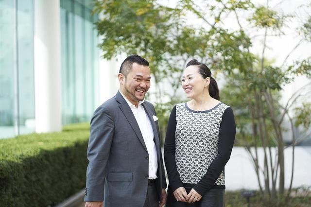 画像: 「亜紀さんの魅力は?」と尋ねると、「美しくて、スマートで…」と止まらないティトさん(写真左)。亜紀さんは、ティトさんの魅力を「unpredictable(予測不能)なところ!」と笑う
