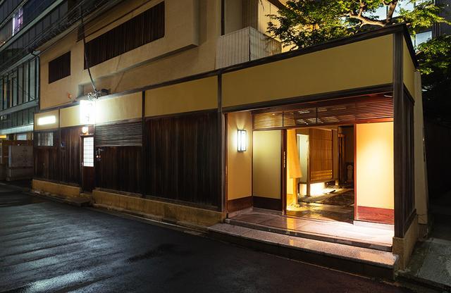 画像: 老舗らしい風格を見せる、赤坂「つる中」