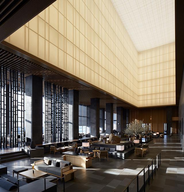 """画像: 和紙を使った吹き抜けの天井、障子をイメージしたパーティションが印象的なガーデンラウンジ。""""縁側""""を挟んで、メインダイニングとなった「ARVA」とバーラウンジがある"""